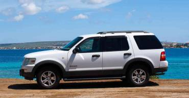 Ford Explorer V6 white